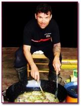 PabloD Gourmet - Miguel Ángel preparando con metodos de fortuna una merluza en salsa verde