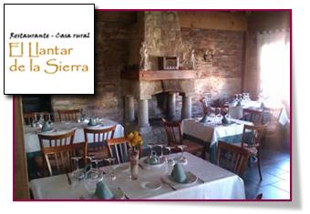 PabloD Gourmet - Salón con chimenea de El llantar de la Sierra