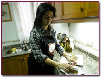 Sylvie preparando uno de sus deliciosos postres